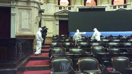 Los especialistas de Salud de la Ciudad, durante el proceso de desinfección en la Cámara de Diputados