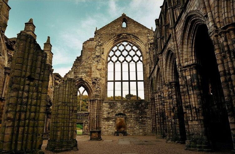 La Abadía del Palacio de Holyroodhouse se encuentra en ruinas (Shutterstcok)