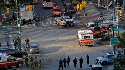 El lugar donde ocurrió el ataque y la camioneta utilizada (Reuters)