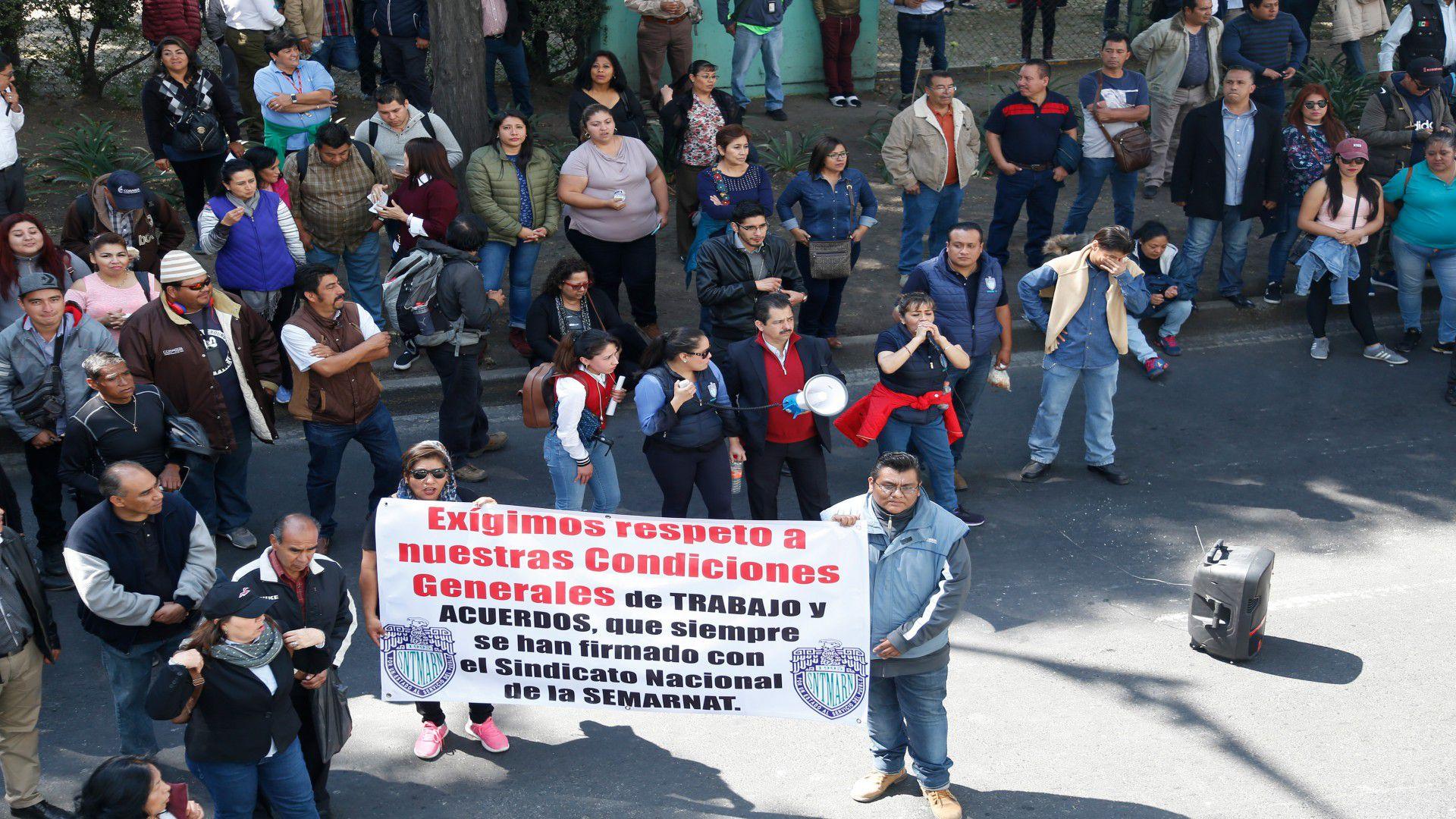 Trabajadores de Semarnat se manifestaron por recorte de plazas de trabajo desde que AMLO tomó protesta como presidente (Foto: Cuartoscuro)