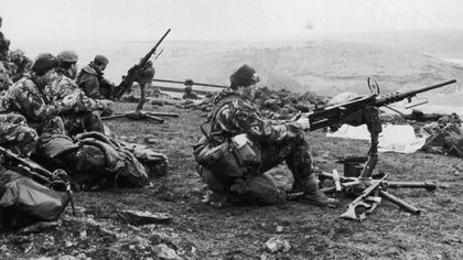 Un escuadrón británicousando sus ametralladoras con trípode durante un ataque a los soldados argentinos (Getty)