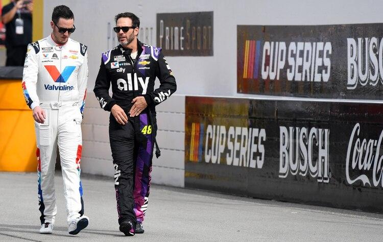 Los pilotos Jimmie Johnson y Alex Bowman antes del inicio de la carrera (Mandatory Credit: Mike Dinovo-USA TODAY Sports)