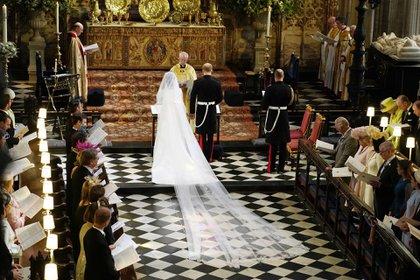 La ex actriz estadounidense y ahora duquesa de Sussex, Meghan Markle, dio el sí junto al príncipe Harry, en una de las boda reales más esperadas. Con un impecable diseño de Givenchy, el precio del vestido fue un misterio… hasta hoy (AFP)