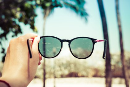 Los expertos recomiendan siempre comprar los anteojos de sol en las ópticas (Shutterstock)