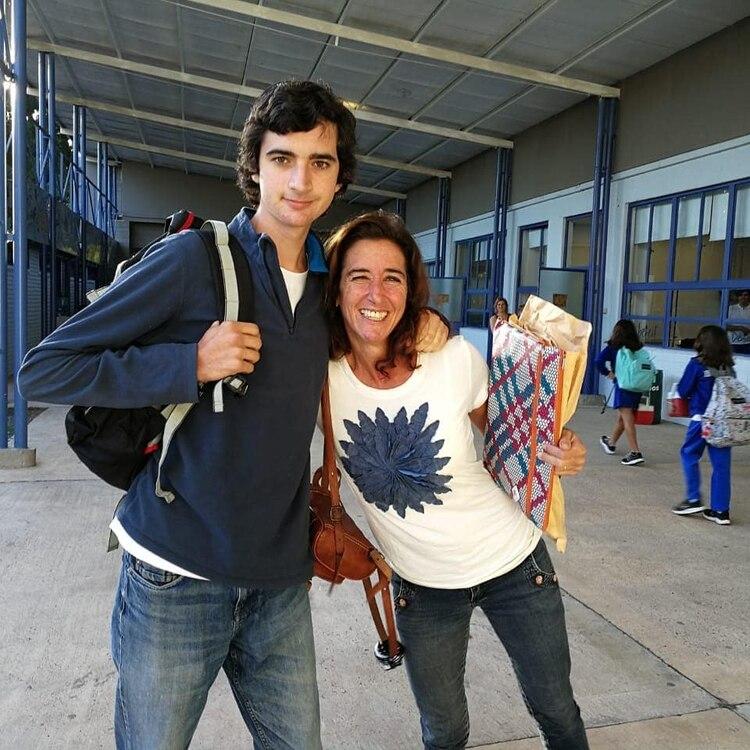 Candelaria acompañó a su hijo a su primer día de escuela