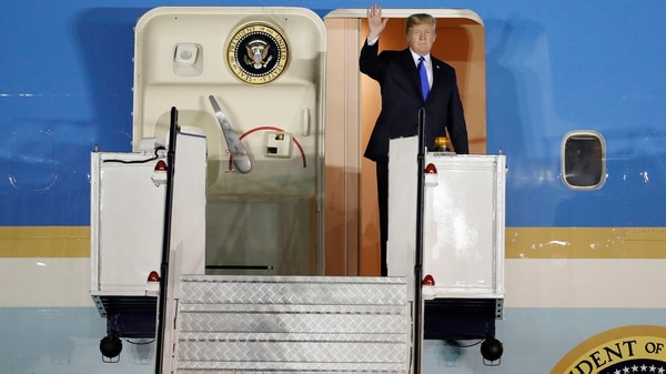 Donald Trump saluda desde el Air Force One, tras aterrizar en la base militar Paya Lebar en Singapur (Reuters)
