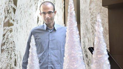 """""""Hoy es posible crear algoritmos que me entienden mejor de lo que yo me comprendo a mí mismo"""", alertó Harari. """"Pueden predecir mis elecciones y manipular mis deseos"""". (Nicolás Stulberg)"""