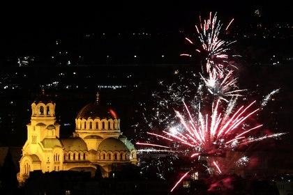 El espectáculo sobre la catedral de Alexander Nevski durante las celebraciones del Año Nuevo en Sofía, Bulgaria (REUTERS/Stoyan Nenov)