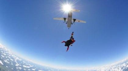 En el salto en paracaídas el aprendiz salta junto a un instructor, ambos se encuentran unidos por medio de un sistema de doble arnés