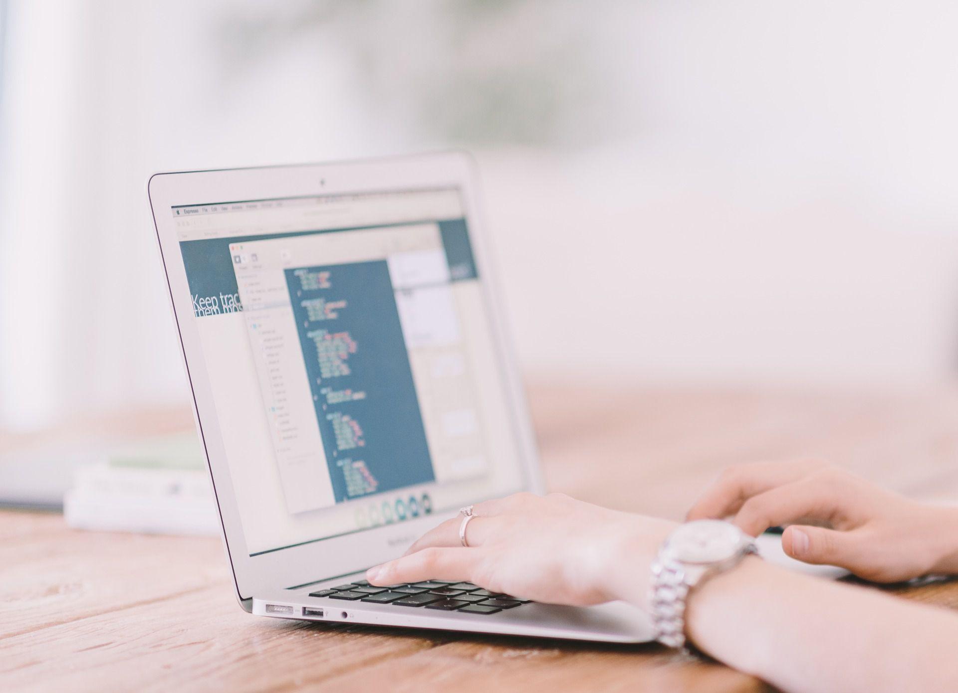 Diversos estudios apuntan que el rendimiento escolar de los niños que saben programar destaca sobre los que no tienen ese tipo de conocimientos. (Foto: Pixabay)