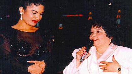 Selena y Yolanda Saldívar llevaban una relación tan cercana que la estrella la había contratado para llevar asuntos de negocios (Foto: Twitter @raulbrindis)