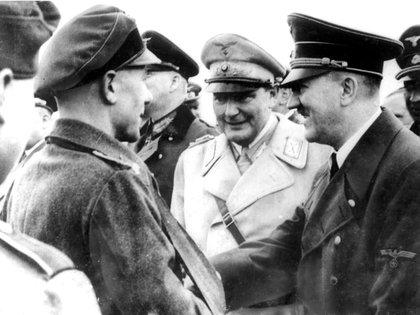 El mariscal del Reich Hermann Göring (centro), comandante de la Luftwaffe, fue el sucesor natural de Hitler durante casi toda la guerra (Bundesarchiv)