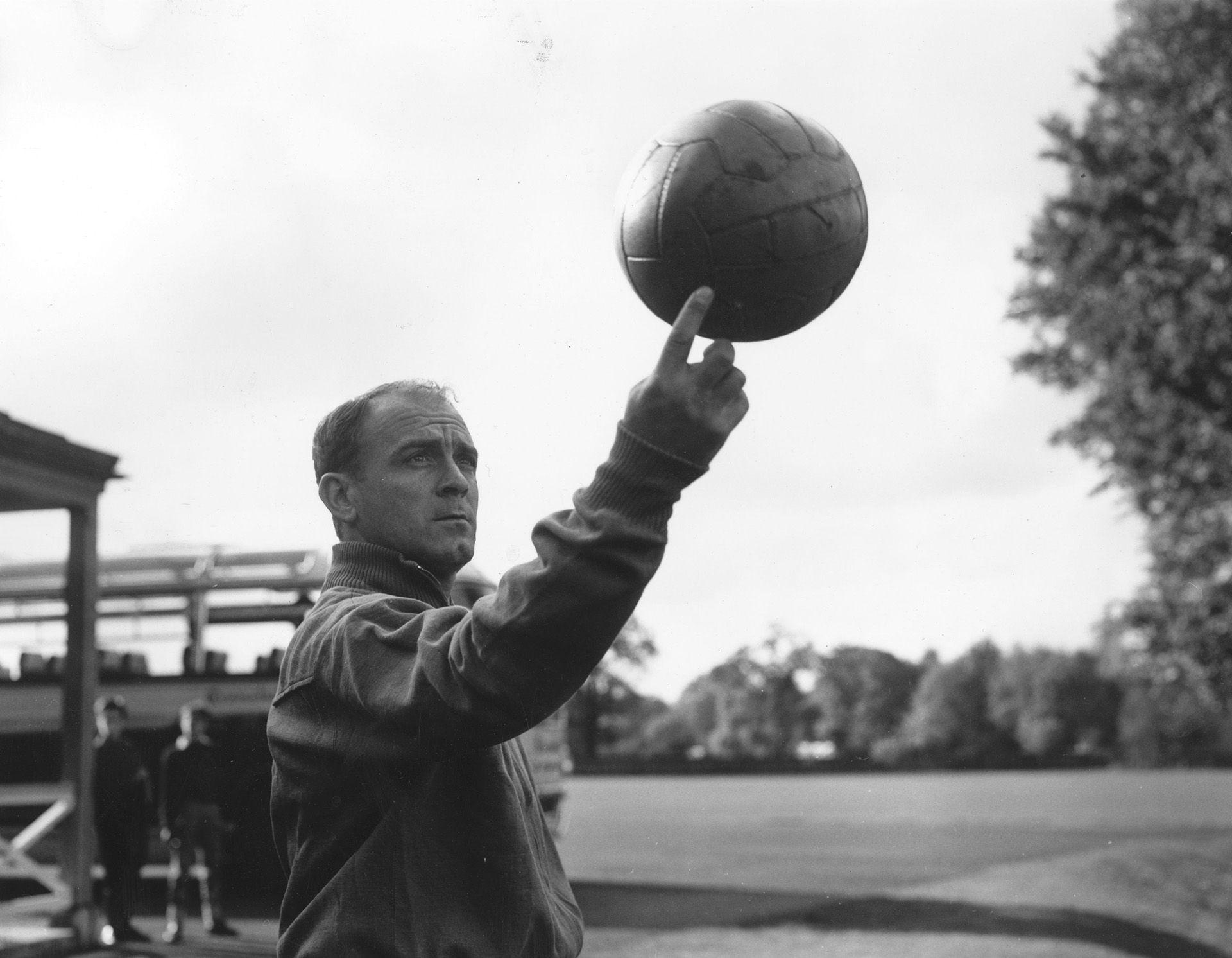 Alfredo Di Stéfano y su particular relación con la pelota. Le gustaba jugarla con el pie, pero también con la mano. (Photo by Terry Disney/Central Press/Getty Images)