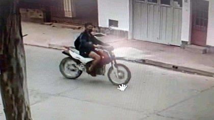 Un motociclista atropelló a una nena de 3 años, la arrastró y le pateó la cara para poder huir: un juez lo dejó libre