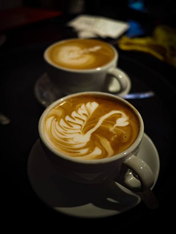 Un cisne dibujado como latte art en el café de Kaffa Cafetería