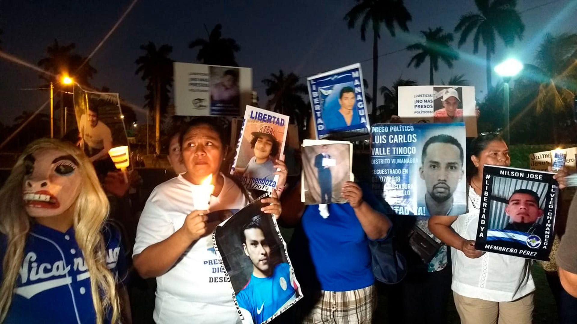 Los familiares han realizado huelgas y apariciones relámpago para demandar la liberación de los presos políticos. Se sienten solos en esa lucha que antes convocaba a toda la oposición en Nicaragua. (Cortesía La Prensa)
