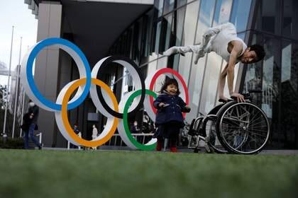 Imagen de archivo de Kenta Kambara, que tenía previsto actuar en la inauguración de los Juegos Paralimpicos de Tokio 2020, posa con su hija Shiori junto al Museo Olímpico de Tokio, Japón. 22 febrero 2020. REUTERS/Kim Kyung-Hoon