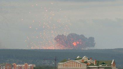 La explosión ocurrió muy cerca de la ciudad de Achinsk y debieron evacuarse 16.000 personas (Reuters)