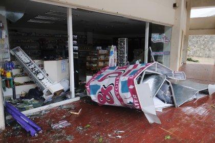 Daños en la parte frontal de una tienda en Cancún, por el paso del huracán Delta/7 de octubre (Foto: AP/Victor Ruiz Garcia)