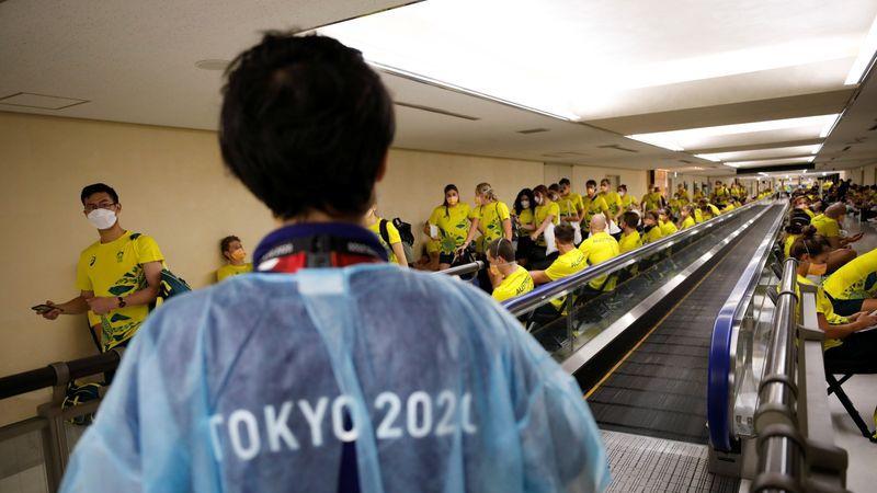 Miembros del equipo australiano esperan para someterse a la prueba cuantitativa del antígeno de la enfermedad del coronavirus (COVID-19) tras llegar al aeropuerto internacional de Narita antes de los Juegos Olímpicos de Tokio 2020, en Narita, al este de Tokio, Japón. 17 de julio de 2021. REUTERS/Issei Kato