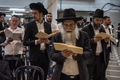 Judíos ultraortodoxos rezando en Jerusalén. El resentimiento se ha acumulado en Israel sobre los privilegios especiales y los subsidios para los ultraortodoxos. (Fotos: Sergey Ponomarev para The New York Times)