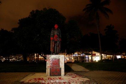 Estatua de Cristobal Colón vandalizada en el Downtown de Miami. REUTERS/Marco Bello