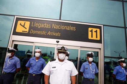Marinos de la Armada de Perú hacen guardia fuera del Aeropuerto Internacional Jorge Chávez