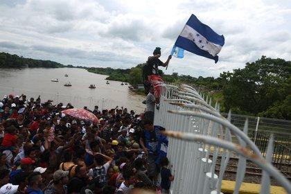 Cientos de migrantes hondureñas permanecen varados en uno de los puentes que atraviesa el río Suchiate, frontera natural entre Guatemala y México. (EFE/Edwin Bercían)