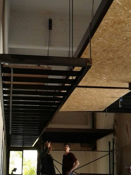 Para las habitaciones de los artistas que son alojados en CheLA se utilizó el espacio hasta el techo en una suerte de módulos que cuelgan con tensores de las vigas de la fábrica. Para ello se usaron placas de aglomerado y contrachapado de madera. La escalera para acceder a las habitaciones fue uno de los primeros prototipos hechos por completo con router CNC