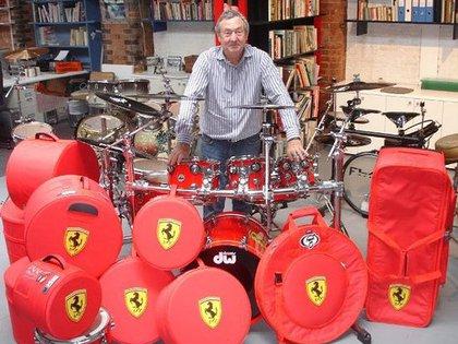 ¿Fanático? El baterista tiene pasión por los clásicos y cuenta con varias Ferrari de colección. Además de una batería.