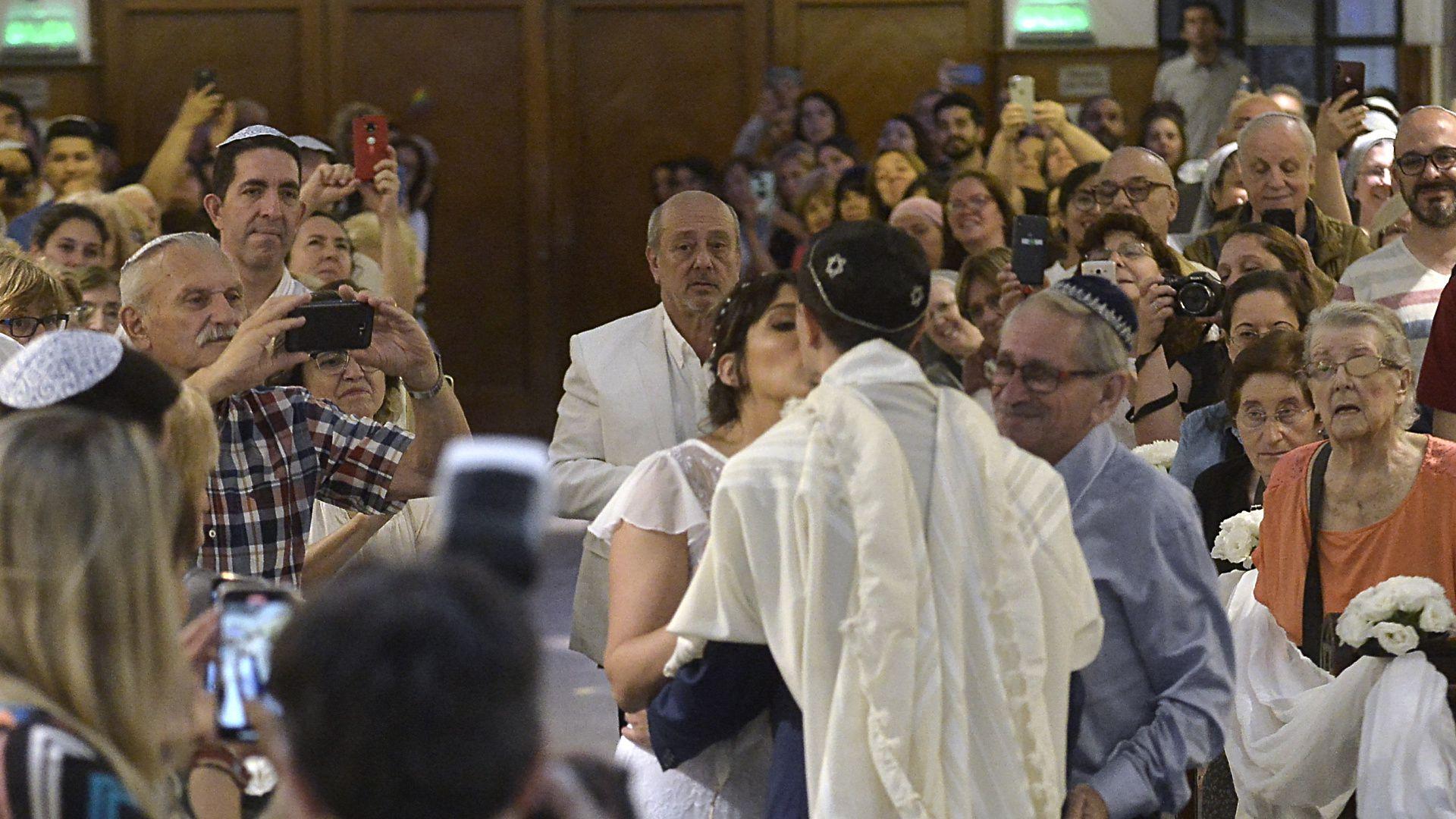 Con este beso Nicolás recibió a Carla en el altar