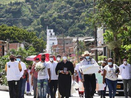 La ceremonia de la entrega de los cuerpos de cuatro víctimas se llevó a cabo en la Plaza Central de Dabeiba, Antioquia. Foto: cortesía JEP.