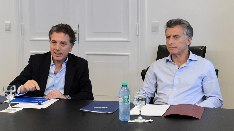 El presidente Mauricio Macri junto al ministro de Hacienda Nicolás Dujovne