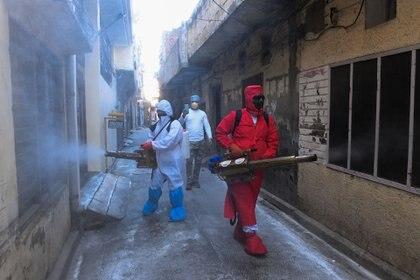 Voluntarios desinfectan un área en Amritsar el 23 de abril de 2020. (Foto de NARINDER NANU / AFP)