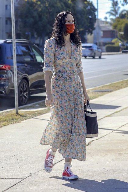 Rumer Willis paseó por las calles de Los Ángeles, California. La hija del reconocido actor Bruce Willis eligió un look casual trendy: un vestido estampado con flores, zapatillas de lona rojas y llevó puesto su tapabocas (Fotos: The Grosby Group)