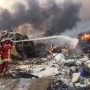 Foto del martes de bomberos trabajando tras una explosión en Beirut. Ago 4, 2020. REUTERS/Mohamed Azakir