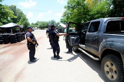 Elementos de la Policía Michoacán y Municipal revisan sobre la carretera Tepalcatepec-Jilotlán de los Dolores a la altura del crucero Cholula. (Foto: JUAN JOSÉ ESTRADA SERAFÍN /CUARTOSCURO)