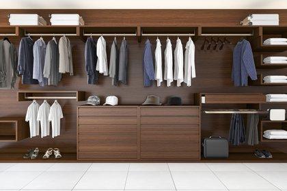 Camisas, pantalones, sacos, remeras, zapatos y accesorios, todo ordenado en el guardarropa