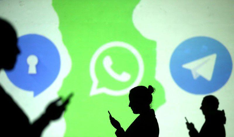 FOTO DE ARCHIVO. Siluetas de usuarios de teléfonos móviles se ven junto a los logos de las aplicaciones de mensajería Signal, Whatsapp y Telegram, en una imagen de ilustración. 28 de marzo de 2018. REUTERS/Dado Ruvic/Ilustración.