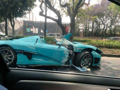 El auto sufrió severos daños. (Foto: Twitter)