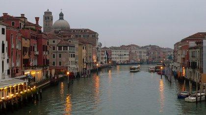 El río Arno en Florencia atraviesa toda la región Toscana y ofrece paseos en Góndola