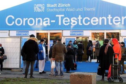 """Un centro de testeo de coronavirus en Zurich, Suiza, la ciudad más """"cara"""" del mundo  REUTERS/Arnd Wiegmann"""