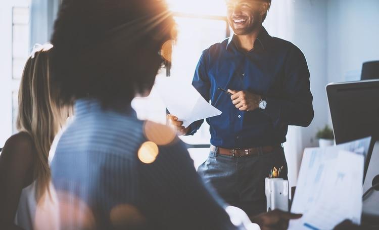 Compartir tiempo con los demás puede ser el incentivo necesario para motivarnos y estar preparados para una semana productiva (Shutterstock)