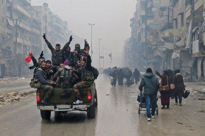 Combatientes prorrégimen festejan tras recuperar barrios del control rebelde