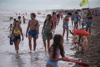 En Pinamar no se vieron muchos barbijos a la hora de ir a la playa (Diego Medina)