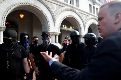 Foto archivo: activistas de Antifa protestan frente a un Hotel propiedad de Donald Trump en Washington (julio de 2019. REUTERS/Eric Thayer)