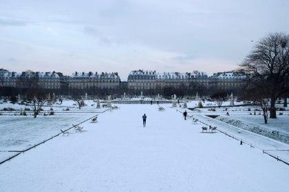 Una vista muestra el jardín de las Tullerías cubierto de nieve en París, Francia, el 10 de febrero de 2021. REUTERS / Christian Hartmann