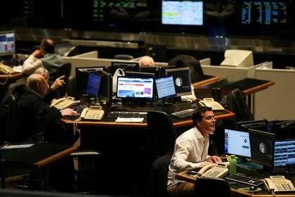 Operadores trabajan en el recinto de negocios de la Bolsa de Comercio de Buenos Aires- (Reuters)