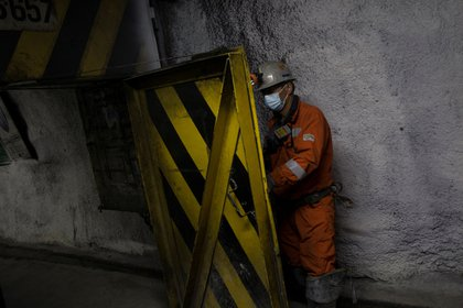 Un minero ingresa a un frente de trabajo en la mina en Chile. EFE/ Alberto Valdes/Archivo