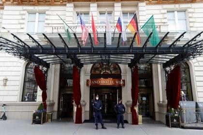 Agentes de policía frente a un hotel, donde se celebra una reunión de la Comisión Conjunta del JCPOA o acuerdo nuclear con Irán, en Viena, Austria. 15 de abril de 2021. REUTERS/Leonhard Foeger